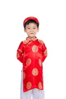 Portrait d'un beau petit garçon asiatique en costume de festival traditionnel. mignon petit garçon vietnamien en robe ao dai souriant.