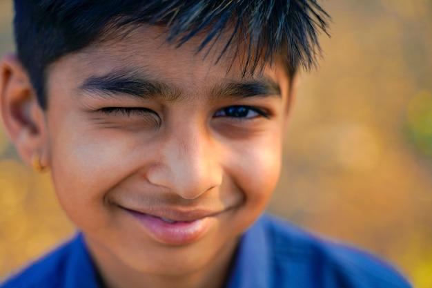 Portrait de beau petit garçon indien un clin de œil