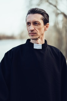 Portrait de beau prêtre catholique ou pasteur avec collier