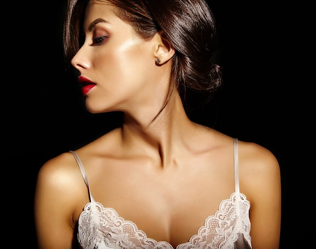 Portrait, de, beau, sensuel, mignon, sexy, brunette, femme, à, lèvres rouges, dans, pyjama, lingerie, sur, arrière-plan noir