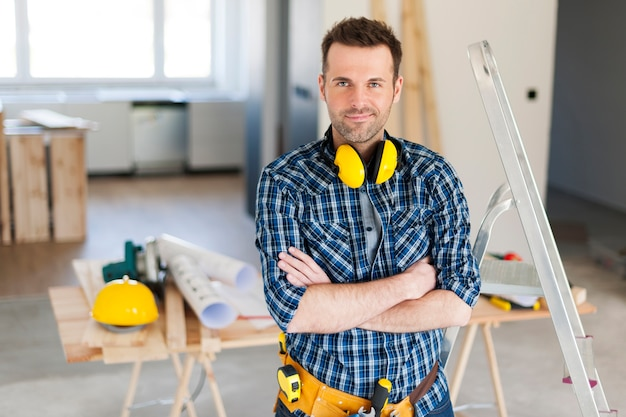Portrait de beau travailleur de la construction