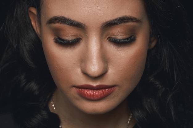 Portrait d'un beau visage féminin avec un maquillage extrême à longs cils