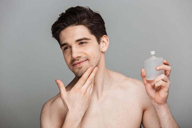 Portrait de beauté de beau jeune homme à moitié nu