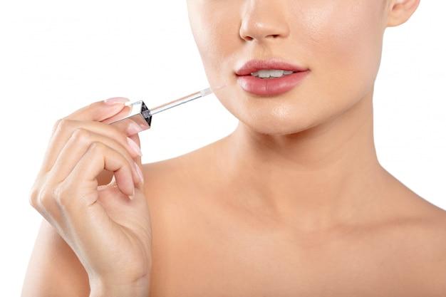 Portrait de beauté d'une belle femme à moitié nue ludique se maquillant avec un pinceau