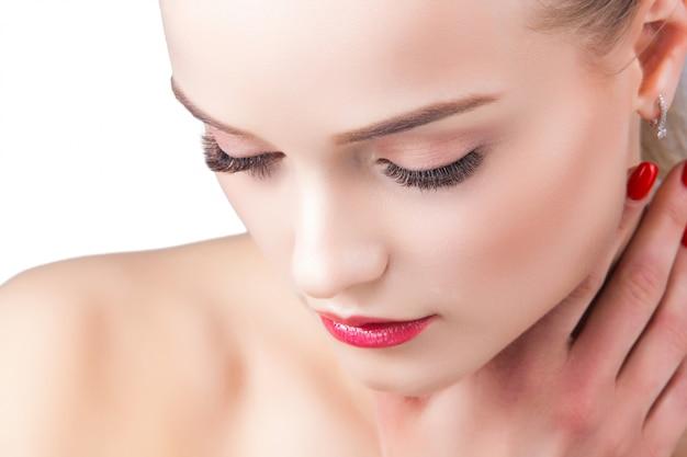 Portrait de la beauté. belle jeune femme blonde jolie femme sur une dame blanche montre le maquillage