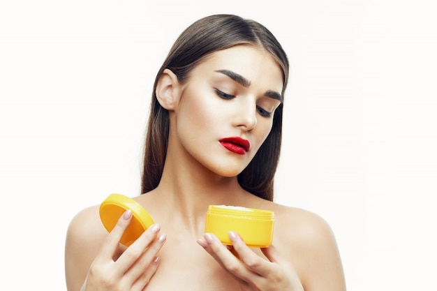 Portrait de beauté belle jeune femme, soins de la peau du visage