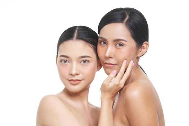 Portrait de beauté de deux modèles de visage féminin avec peau naturelle.