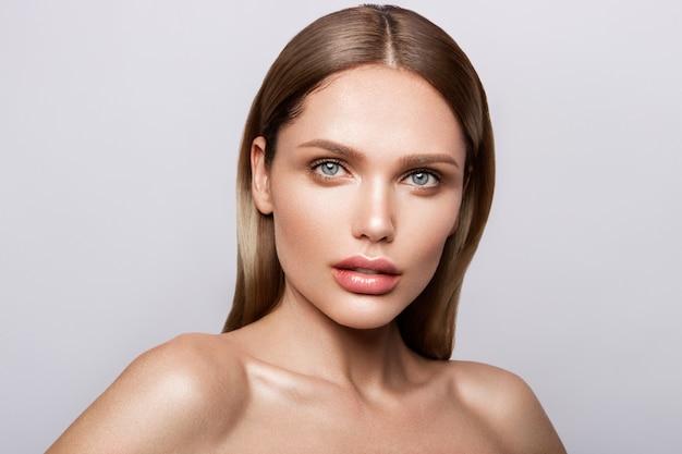 Portrait de beauté du modèle avec du maquillage naturel