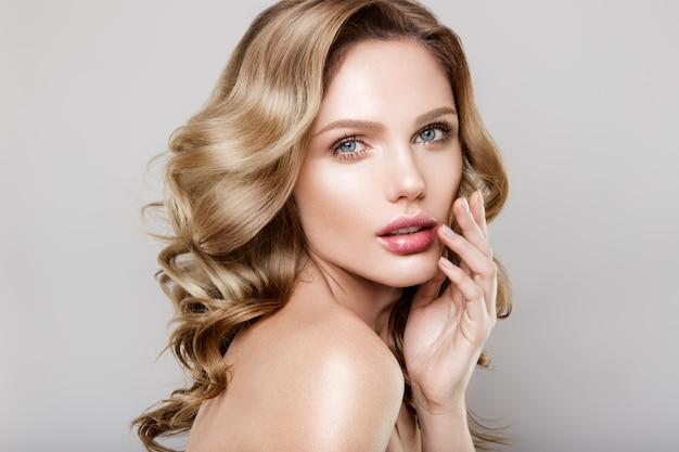 Portrait de beauté du modèle avec maquillage naturel