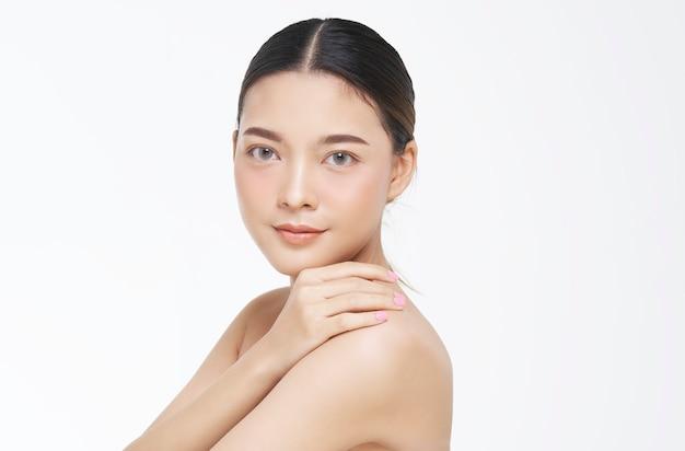 Portrait de beauté du visage féminin à la peau naturelle.