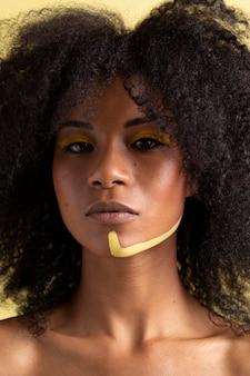 Portrait de beauté de femme afro avec maquillage ethnique