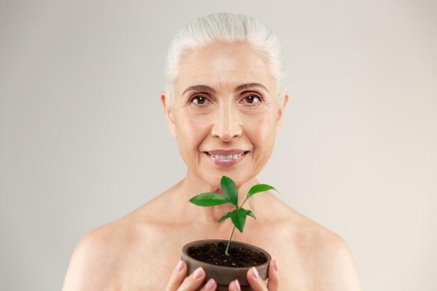 Portrait de beauté d'une femme âgée à moitié nue joyeuse