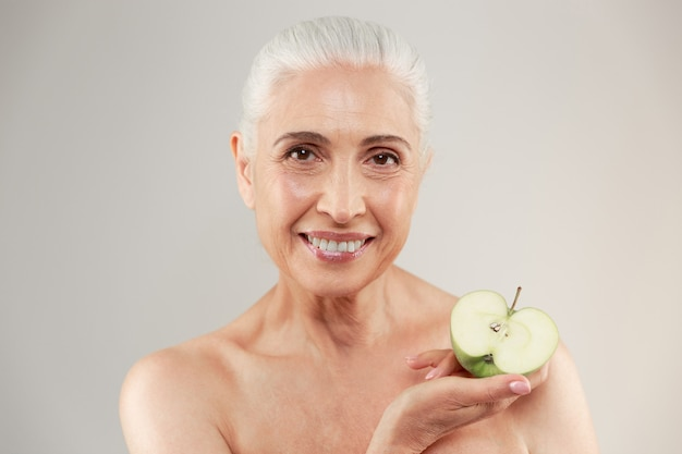 Portrait de beauté d'une femme âgée à moitié nue souriante