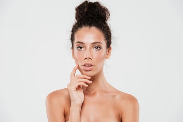 Portrait de beauté d'une femme brune sensuelle