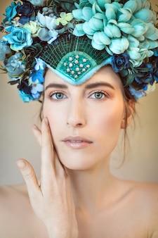 Portrait de beauté d'une femme portant une coiffe de fleur