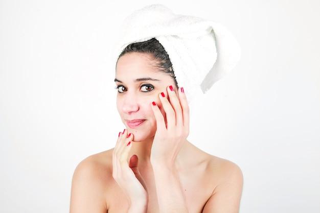 Portrait de beauté d'une femme avec une serviette enroulée autour de sa tête