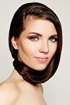Portrait de beauté de femme avec ses cheveux autour du cou sur fond blanc