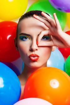 Portrait de beauté fille avec maquillage coloré, vernis à ongles et accessoires.