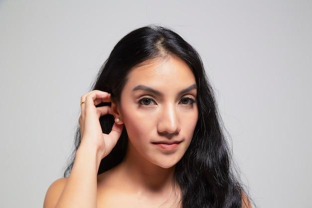 Portrait de beauté d'une fille avec une peau parfaite