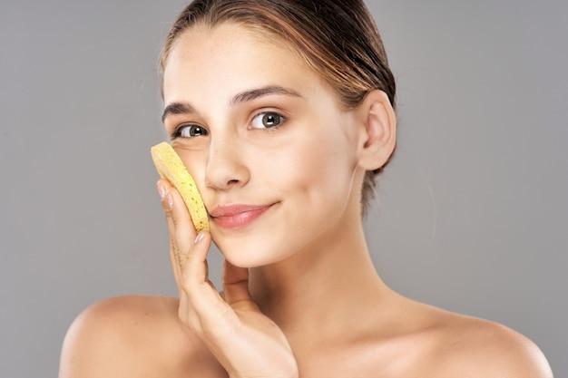 Portrait de beauté d'une fille, soins de la peau du visage, procédure de beauté