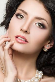 Portrait de beauté gros plan de jeune mannequin jolie brune avec beau maquillage.