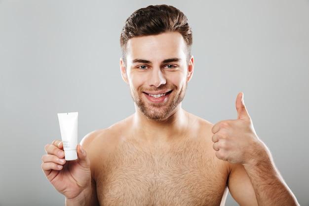 Portrait de beauté d'un homme à moitié nu souriant