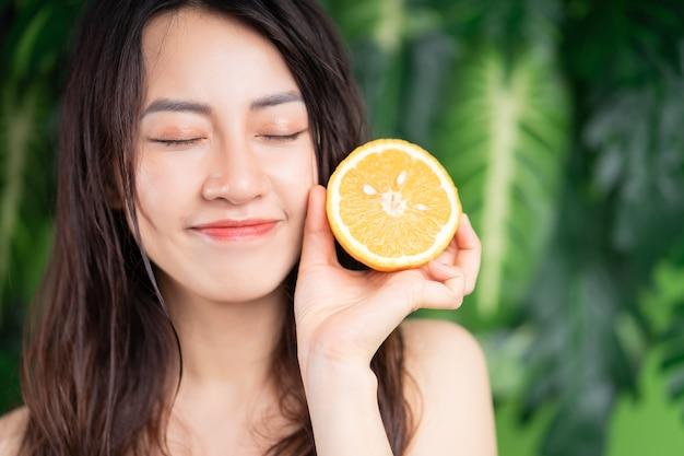 Portrait de beauté de jeune femme asiatique avec fond naturel