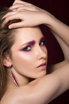 Portrait de beauté de la jeune femme brune touchant ses cheveux