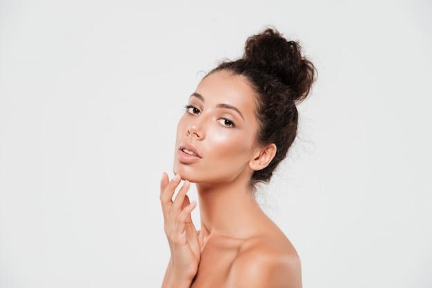 Portrait de beauté d'une jeune femme brune