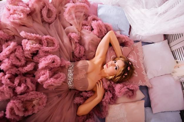 Portrait, de, beauté, jeune femme, dans, robe rose, mensonge