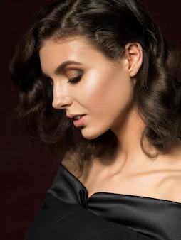 Portrait de beauté de jeune femme avec du maquillage doré. maquillage parfait pour la peau et la mode avec des accents dorés.