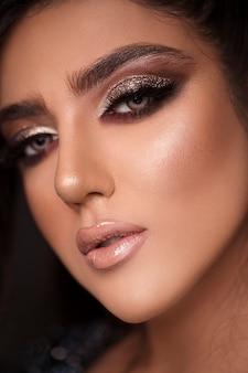 Portrait de beauté de la jeune femme avec un maquillage classique.