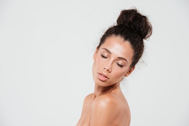 Portrait de beauté d'une jeune femme sensuelle avec une peau saine