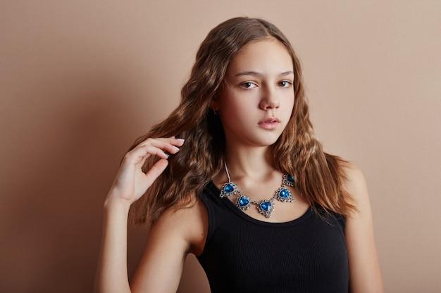 Portrait de beauté jeune fille beaux cheveux longs