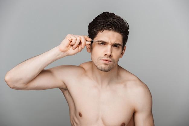 Portrait de beauté d'un jeune homme concentré à moitié nu