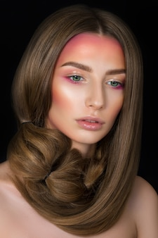 Portrait de beauté de jeune jolie fille aux yeux verts avec maquillage mode