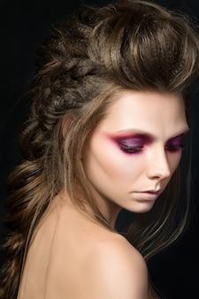 Portrait de beauté de jeune jolie fille avec du maquillage de mode. maquillage des yeux smkoey moderne