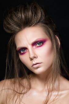 Portrait de beauté de jeune jolie fille avec du maquillage de mode. maquillage des yeux smokey moderne