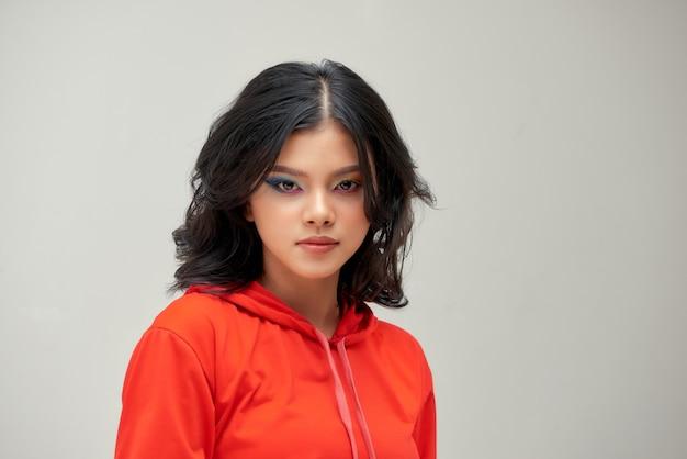Portrait de beauté de jolie femme asiatique avec un maquillage glamour.