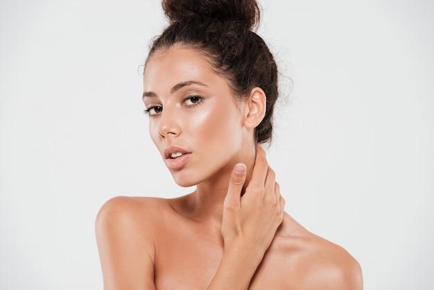Portrait de beauté d'une jolie femme brune