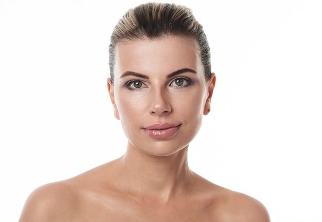 Portrait de beauté d'une jolie femme caucasienne à moitié nue avec une peau parfaitement propre et saine, isolée sur blanc avec espace de copie