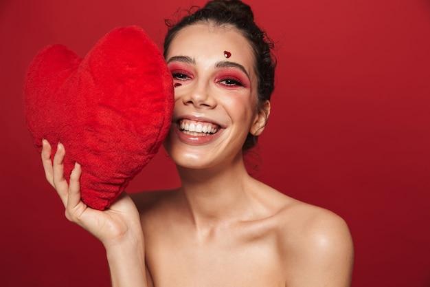 Portrait de beauté d'une jolie jeune femme portant du maquillage debout isolé