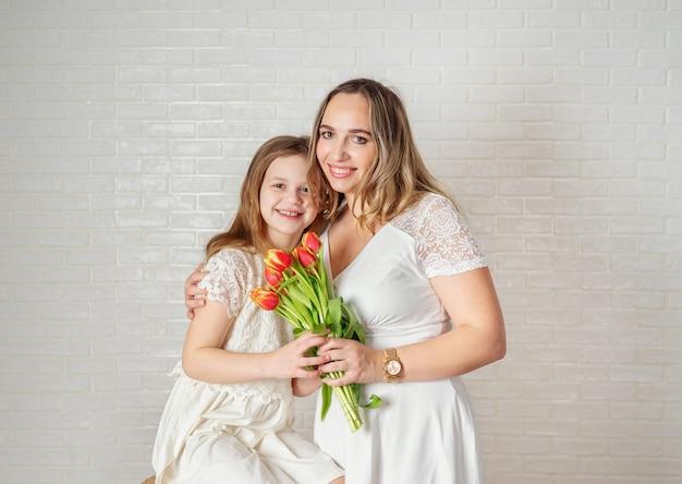 Portrait de beauté de mère et fille sur blanc