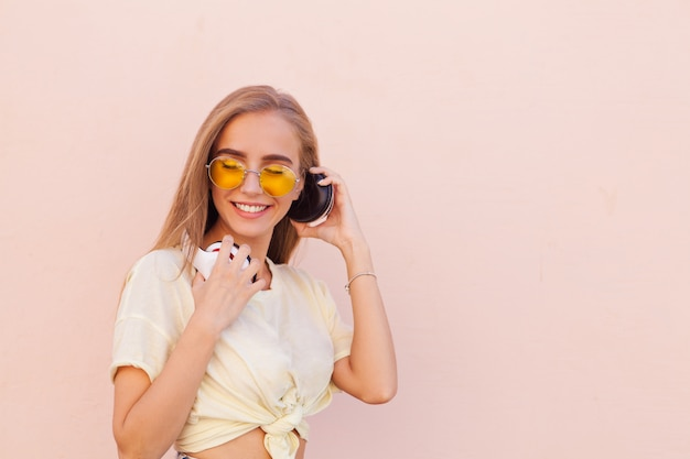 Portrait, beauté, mode, sourire, jeunes femmes, jaune, lunettes soleil, écouteurs