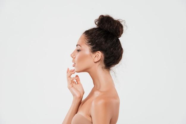 Portrait de beauté vue latérale d'une jeune femme brune