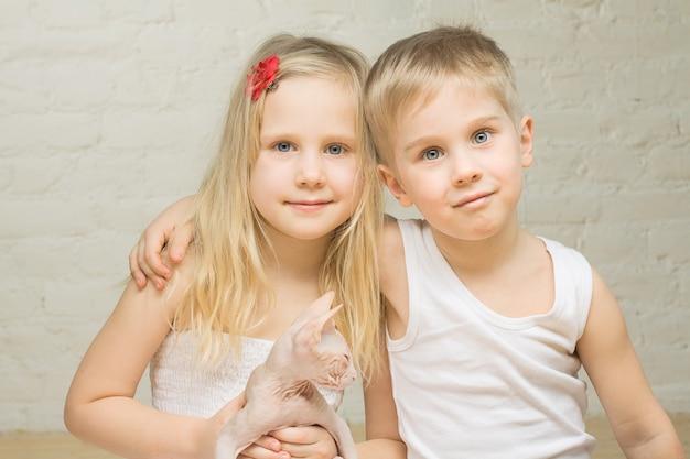Portrait de beaux enfants à la maison