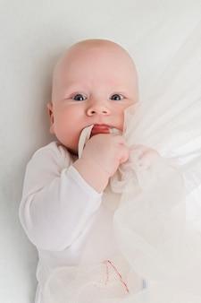 Portrait d'un bébé closeup sur blanc