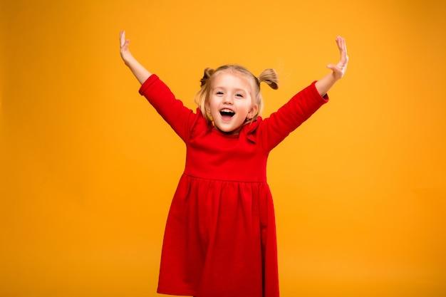 Portrait de bébé fille isoler fond jaune.