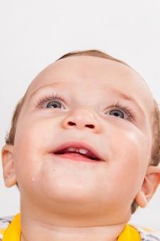 Portrait de bébé garçon heureux