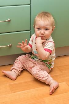 Portrait d'un bébé à la maison